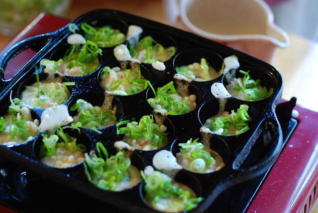 Takoyaki, adding ten-kasu & Japanese negi