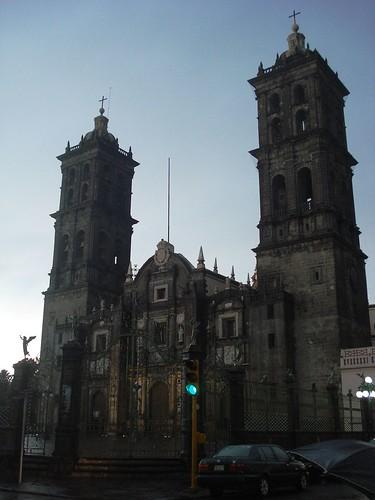 Cielo azul y las torres de la catedral de Puebla