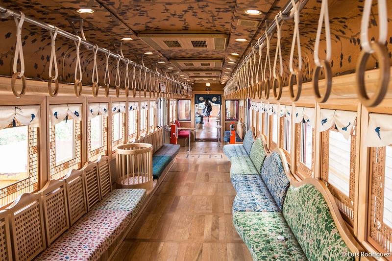 Tren turístico Umeboshi Densha en la línea Kishigawa en Wakayama