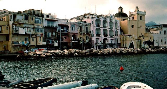 ITALIEN, Ischia, Ponte - Häuserfront am Hafen  - 3