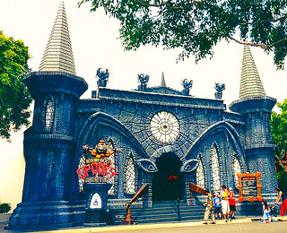 The main entrance of the Scooby Doo Spooky Coaster ride | Flickr