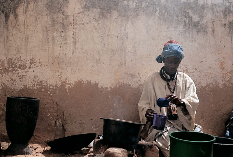 man preparing café touba