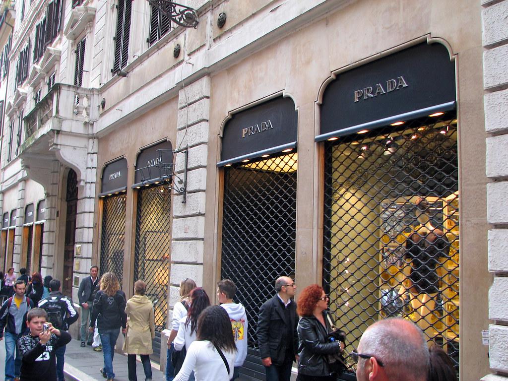 reputable site 8d87f dff98 Roma - Via Condotti - Prada | Via Condotti (officially Via d ...