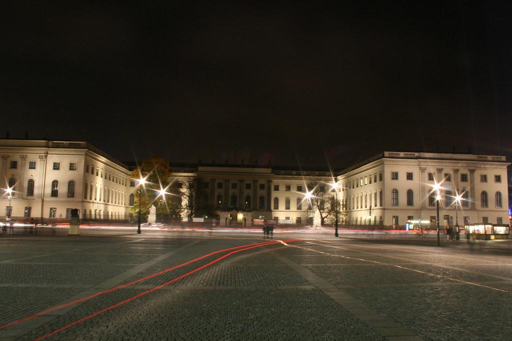 Hu Hauptgebäude