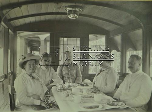 Groepsfoto in rijtuig van trein | by Stichting Surinaams Museum