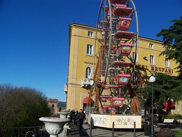 La ruota panoramica nei Giardini Carducci a Perugia