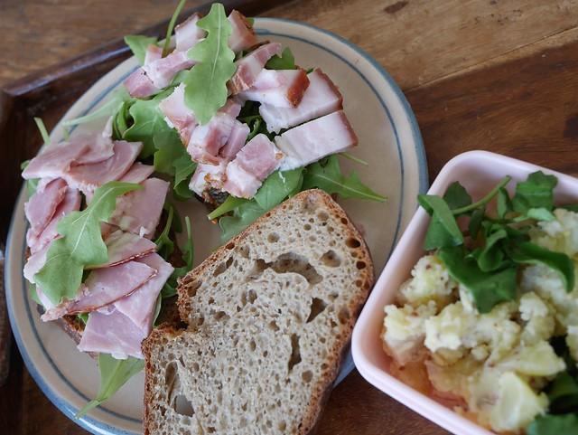 木, 2014-03-06 08:41 - サンドイッチ(ハム、ベーコン、ルッコラ)。薫製うなぎ入りポテトサラダ、クレソン