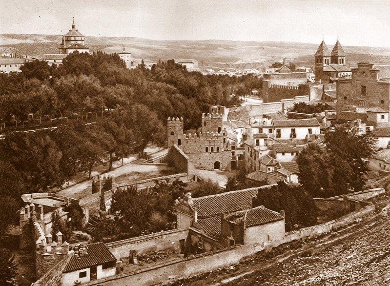 Vista del jardín del Hostal del Cardenal y la Puerta vieja de Bisagra o de Alfonso VI (Toledo) tras su restauración. Principios del siglo XX