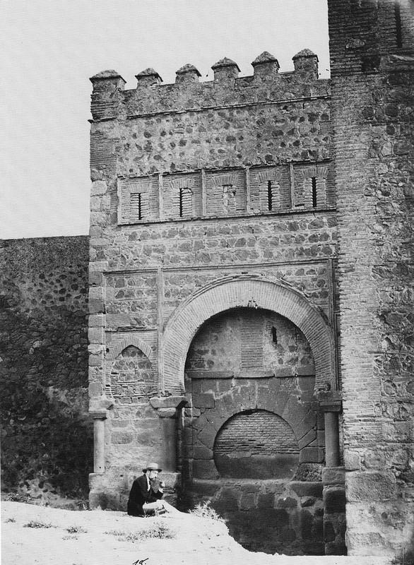 Puerta vieja de Bisagra o de Alfonso VI (Toledo) tapiada. Fotografía de Jean Laurent hacia 1857