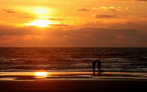 sunset summer people sun tourism beach coast waves pacificocean washingtonstate beachcombing daysend oceanshoreswa experiencewa shesnuckinfuts impressedbeauty june2008 wacatcc theofficialwashingtonstatetourismflickrgroup