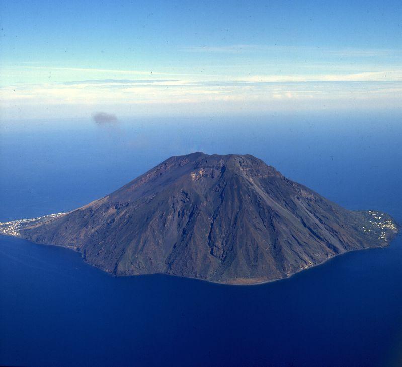 территории отеля вулкан в средиземном море фото вниманием