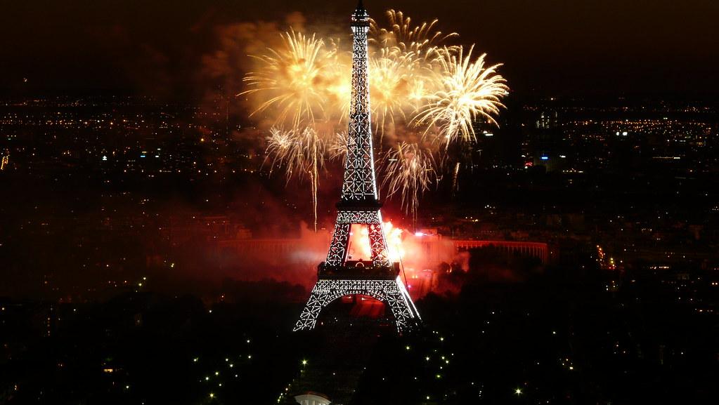 Feu d'artifice du 14 juillet 2008 sur le site de la Tour Eiffel à Paris vu de la Tour Montparnasse - Fireworks on Eiffel Tower