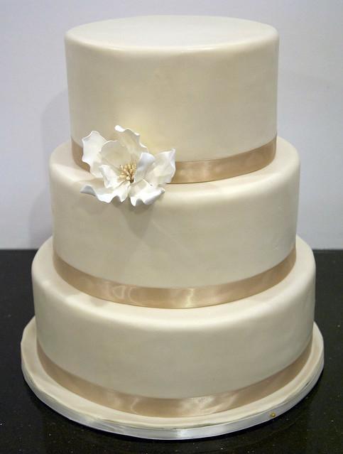 W9032-simple ivory wedding cake toronto