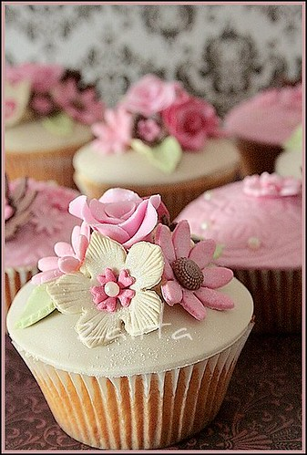 pinks and browns flower cupcakes | by {zalita}