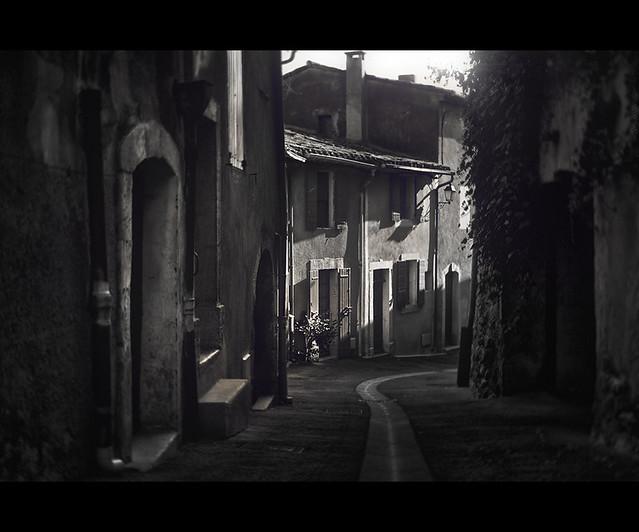 narrow street in Roussillon