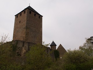 Burgfried hinter verfallenden Mauern | by tuxbrother