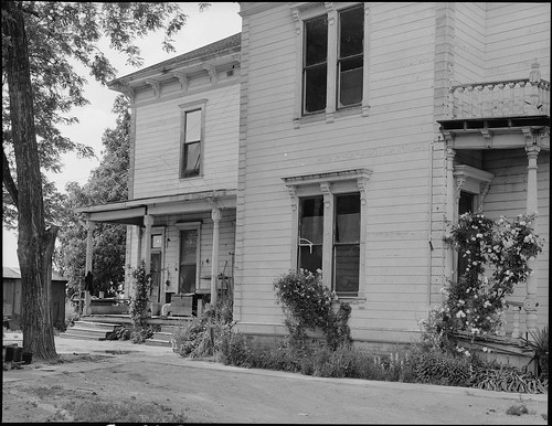 Woodland, California. This house, a mansion of the 1890's, was evacuated on May 19, 1942, by a farm . . .