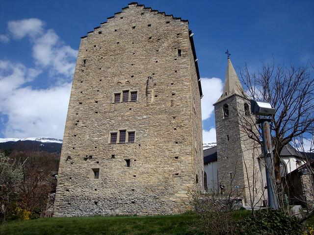 XXXX Reise durch die Schweiz : Château de Venthône ( Turm - Schloss - Castle ) mit der Saint - Sébastien Kirche Venthône im Dorf Venthône oberhalb von S.ierre - S.ieders im Kanton Wallis - Valais in der Schweiz