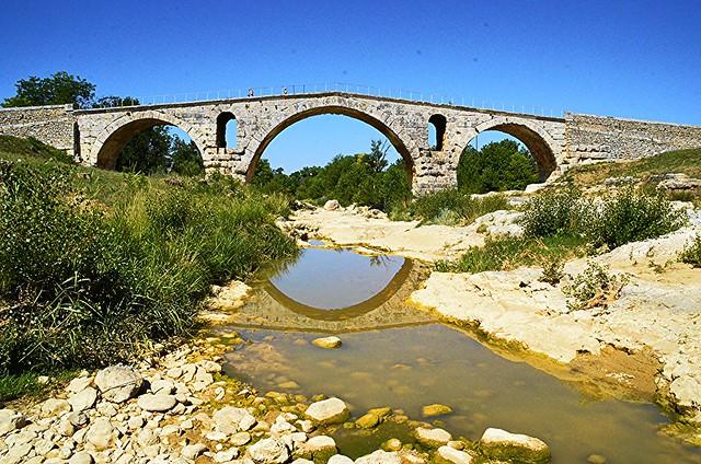 Le Pont Julien   +2)