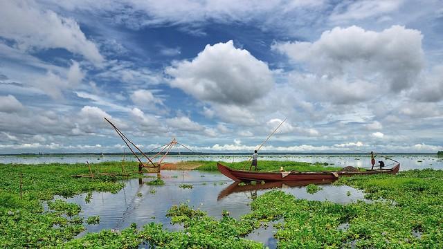Fishermen in Vembanad Lake, Kerala, India