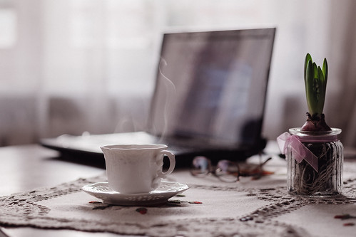 a cup of coffee, a flower and a laptop | by freestocks.org