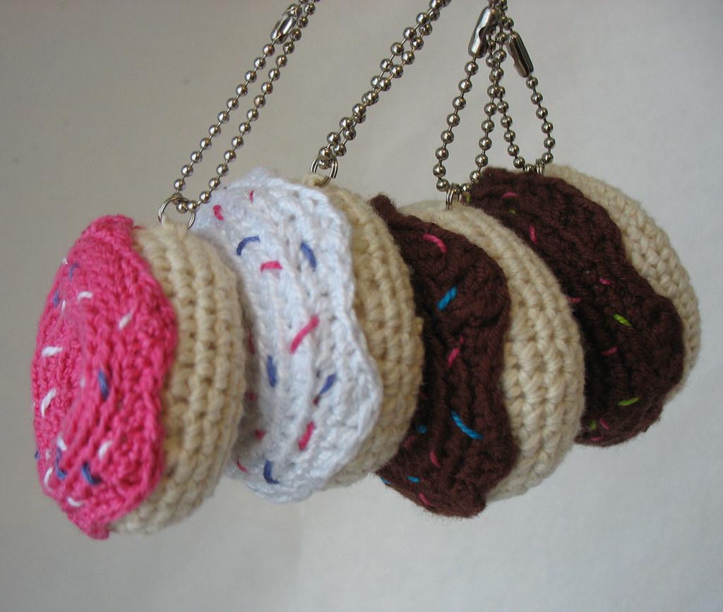 Crochet donut keychain, Pretty keyring, Crochet doughnut ... | 867x1024