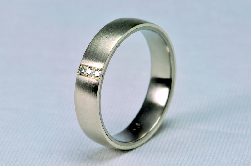 mildly convex wedding ring, inside titanium, outside white gold with 3pcs of diamonds