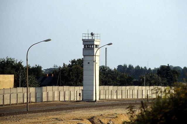 19890400 Berlin Mauer Todesstreifen Wachtturm