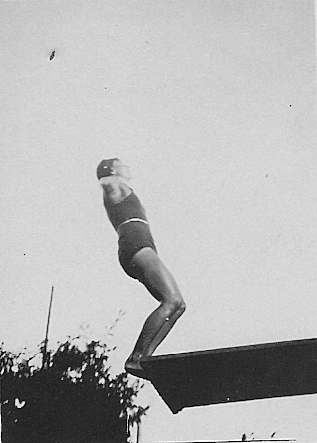 Competición de Salto de trampolín en la Escuela de Gimnasia de Toledo hacia 1934. Fotografía de Eduardo Butragueño Bueno