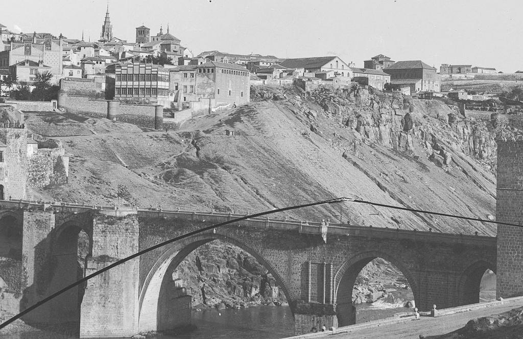 Puente de San Martín a comienzos del siglo XX. Se aprecia bien el edificio provisional de la Escuela de Artes.  Fotografía Rodríguez