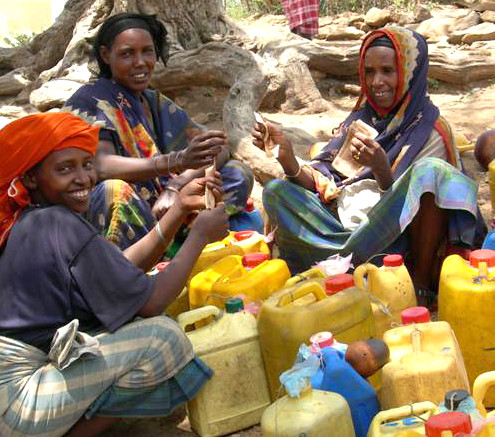 May/2010 - Ethiopian women selling milk (photo credit: ILRI/Ranjitha Puskur).
