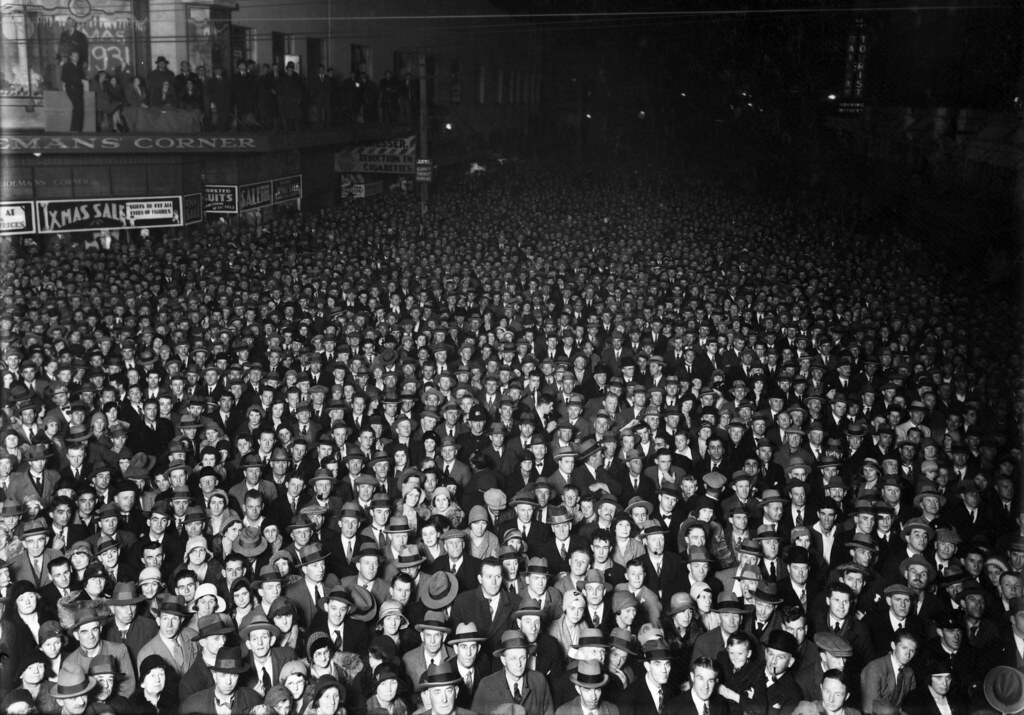 Election night crowd, Wellington, 1931