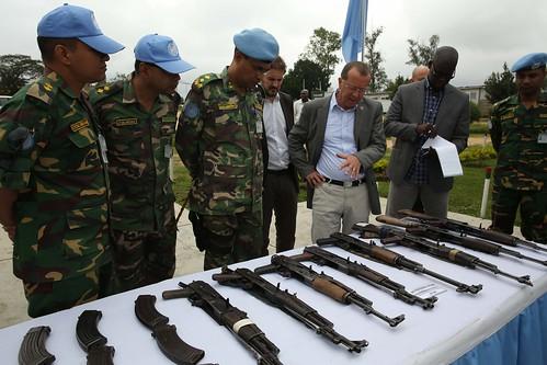 Bunia, district de l'Ituri, RD Congo : Le Représentant spécial du Secrétaire général des Nations Unies en RDC, Martin Kobler, inspecte les armes saisies par la MONUSCO et les FARDC lors des affrontements avec les FRPI. | by MONUSCO