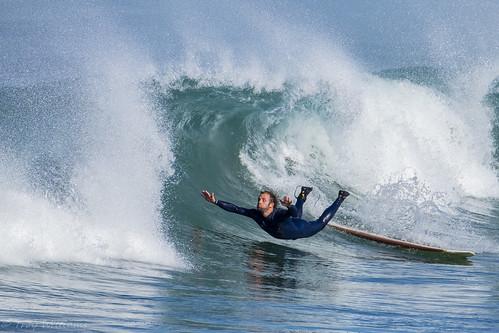 Caida de un surfista para simbolizar la creatividad en el deporte.