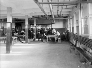Dining hall at the Immigration Centre, Québec, ca. 1911 / Réfectoire du Centre d'immigration, Québec, vers 1911