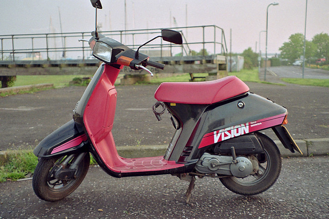 Welp 1986 Honda Vision 50 | Pentax Espio 928 Compact Kodak 200 ZO-84