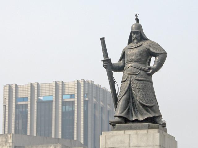 Admiral Yi Sun-shin statue on Sejongro Boulevard