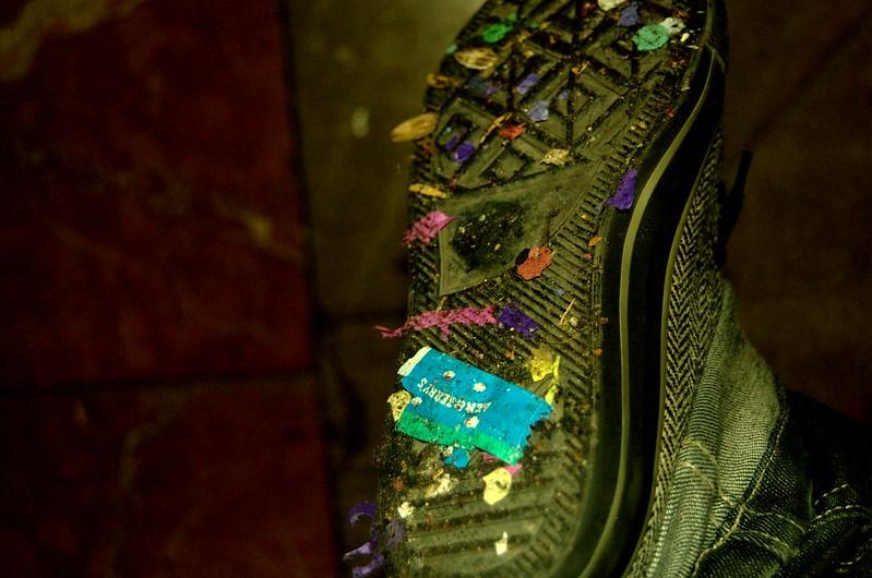 Hasta mi zapatilla tiene confeti y caramelos xD