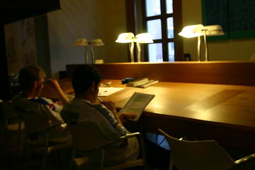 Lectores en la biblioteca
