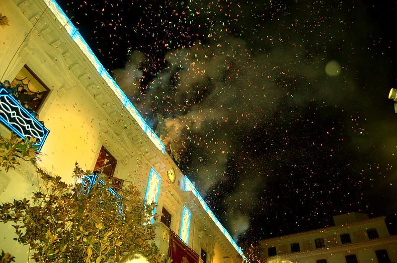 Lluvia de confeti desde el ayuntamiento