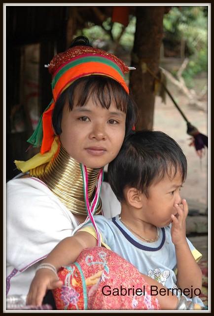 Mujer paduang con su hijo