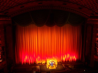 Rob Richards plays the Mighty Wurlizter before the screening of UP at the El Capitan   by Castles, Capes & Clones