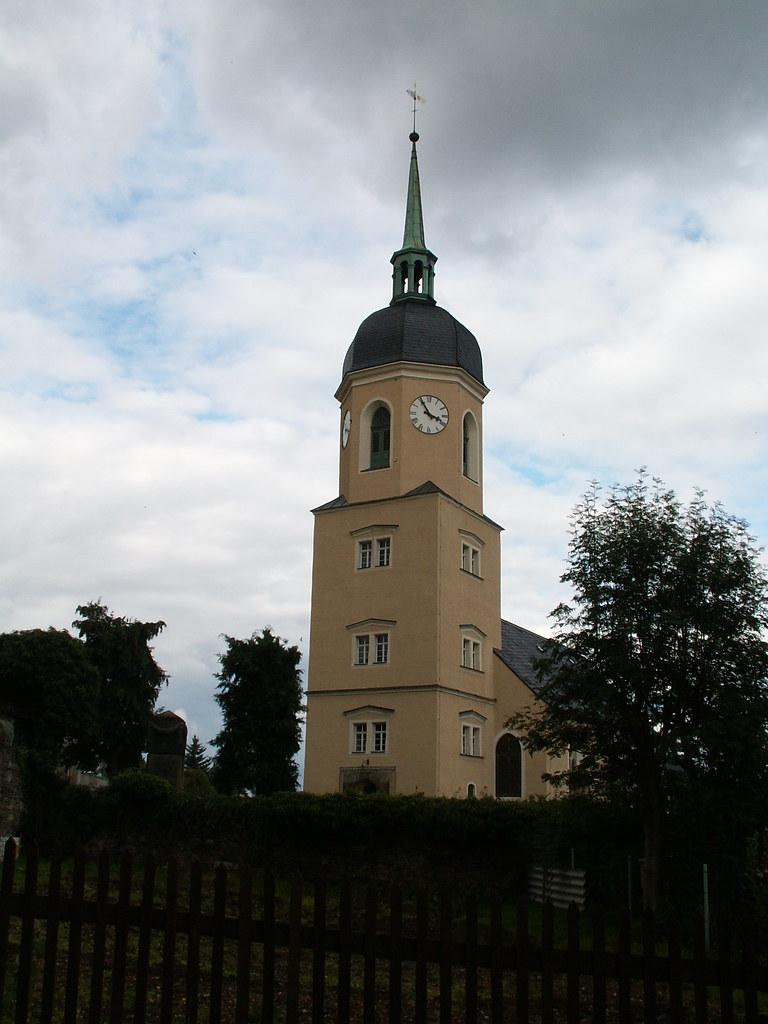 Schloss Reichstaedt wurde 1535 als Rittergut und Wasserschloss genannt, befand sich im Besitz eines Herrn von Maltitz. Ab 1569 nutzte der sächsischen Kurfürsten August Schloss Reichstaedt als Jagdschloss. 1632 im Dreißigjährigen Krieg teilweise zerstört, begann ab 1639 der Neuaufbau. Durch Heirat erlangte die sächsische Adelsfamilie von Schönberg 1717 den Besitz von Schloss Reichstaedt. Im Siebenjährigen Krieg stark beschädigt wurde Schloss Reichstaedt 1765 - 1776 zu einer Barockanlage mit Parkt ausgebaut. Die Innenräume erhielten aufwendige Rokokoausstattungen. Im 19. Jahrhunderts wurde der barocke Schlosspark zu einem ländlich geprägten Landschaftspark umgestaltet. Im  zweiten Weltkrieges wurden im Schloss wertvolle Kunstschätze aufbewahrt. Die wertvolle Innenausstattung wurde im Mai 1945 von sowjetischen Soldaten verwüstet. In der DDR wurde das Schloss als Kindergarten, Schule, Pionier- und Kultur- sowie als Wohnhaus genutzt. Seit 1998 ist Schloss Reichstaedt wieder im Besitz eines Mitgliedes der Familie von Schönberg und wird schrittweise saniert und für Veranstaltungen und Übernachtungen genutzt. Während der Sanierung wurden wertvolle, barocke Seccomalereien und bemalte Holzbalkendecken aus der Renaissance freigelegt. 018