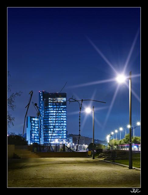 Edificio del Gas Natural en la hora azul