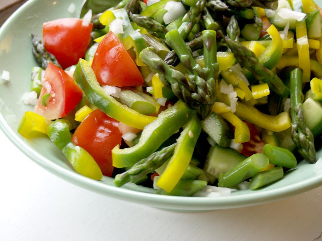 Salat Af Peberfrugt Asparges Tomat Agurk Og Salatløg Flickr