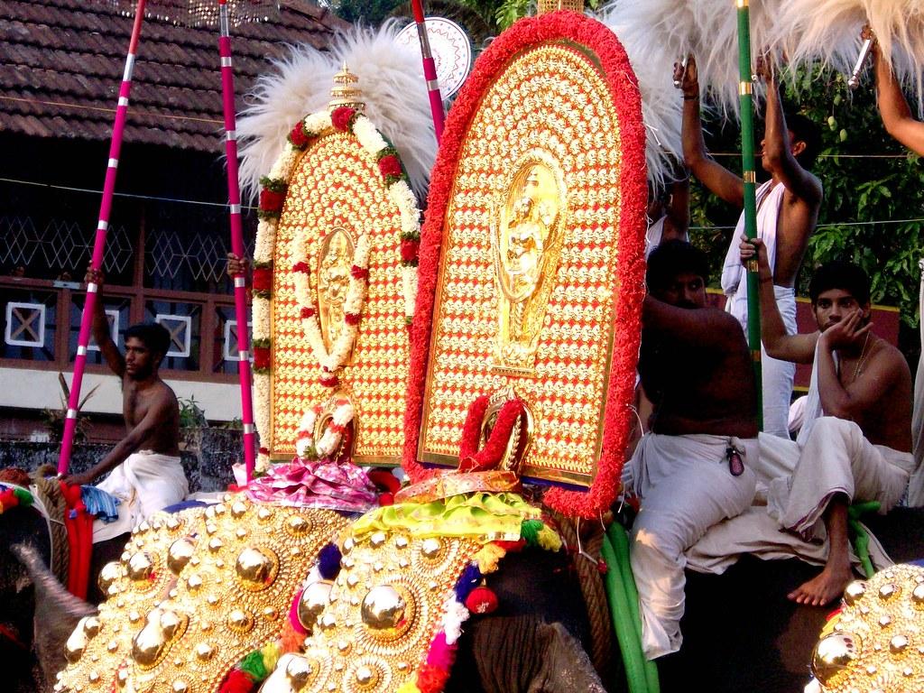 MAKAYIRAM PURAPPADU 2009 CHERPU BAGAVATHI PERUVANAM POORAM 038
