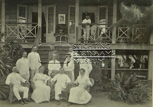 Groepsfoto echtpaar Calkoen en anderen | by Stichting Surinaams Museum