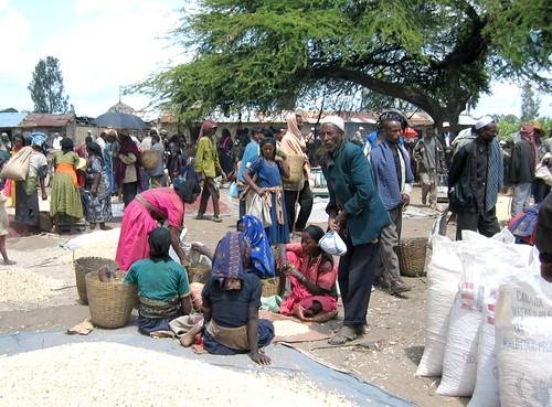 May/2010 - Women in a grain market in Ethiopia (photo credit: ILRI/ Ranjitha Puskur).