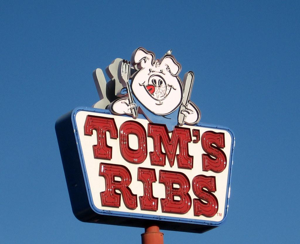 Tom's Ribs logo