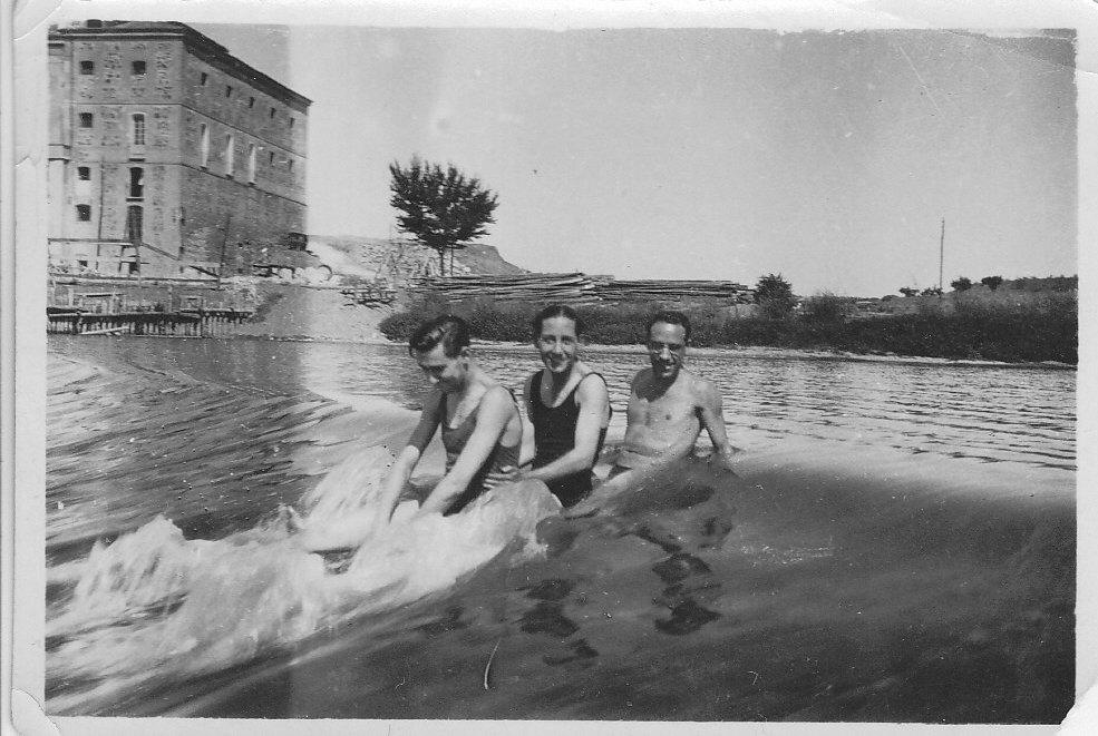 Miembros del Club Náutico de Toledo en una presa en el Tajo. Años 30. Fotografía de Eduardo Butragueño Bueno